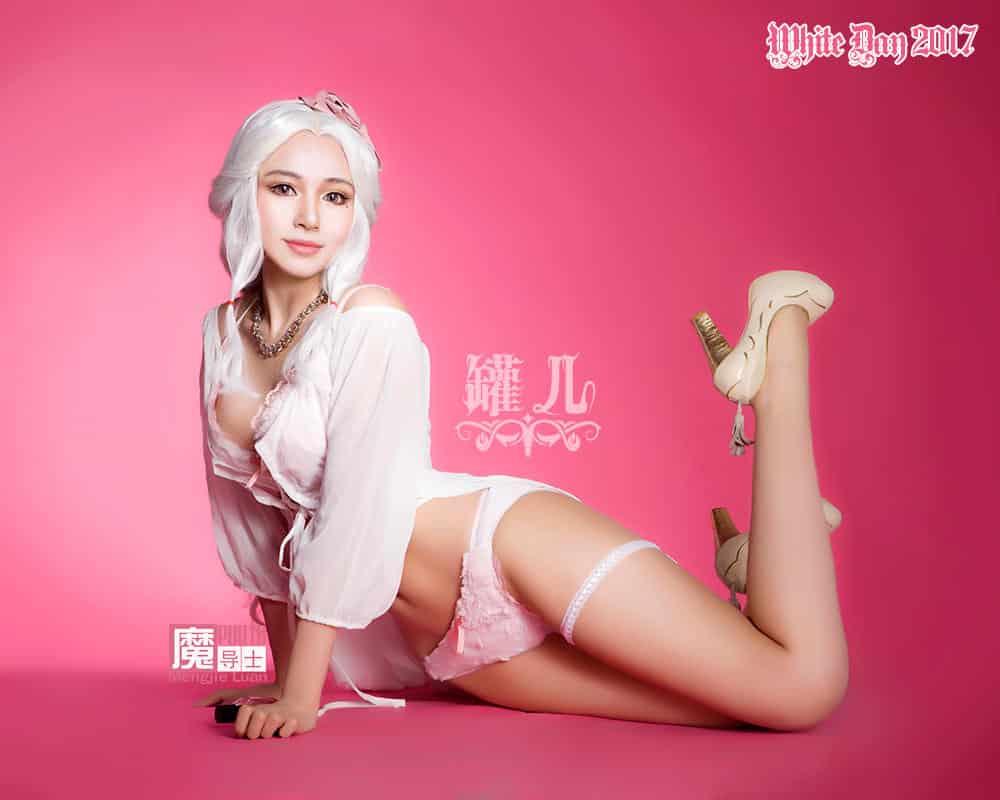 Cosplay de fille en lingerie blanche et perruque blanche spéciale white day sexy hentai